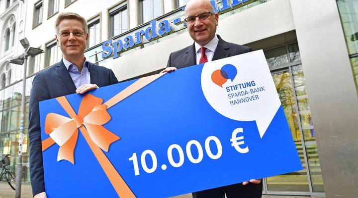 Scheckübergabe Stiftung Sparda Bank Hannover an HAZ Weihnachtshilfe
