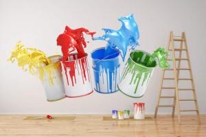 Wand bei Renovierung mit bunten Farbeimern und Farbroller und Leiter