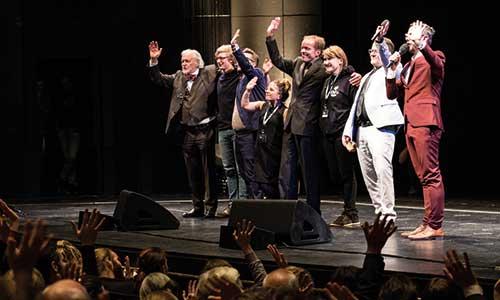 Organisationsteam bei der finalen Verbeugung in der Oper.