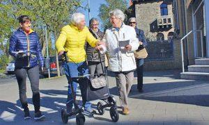 Ein Übungsleiter begleitet und unterstützt die 3.000-Schritte-Roten.