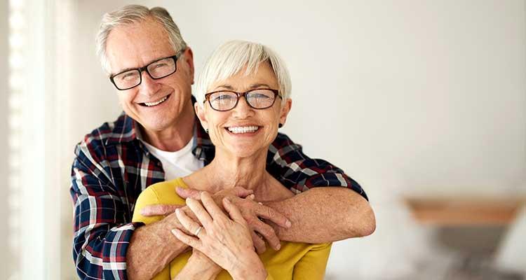Älteres Ehepaar lächelt in die Kamera