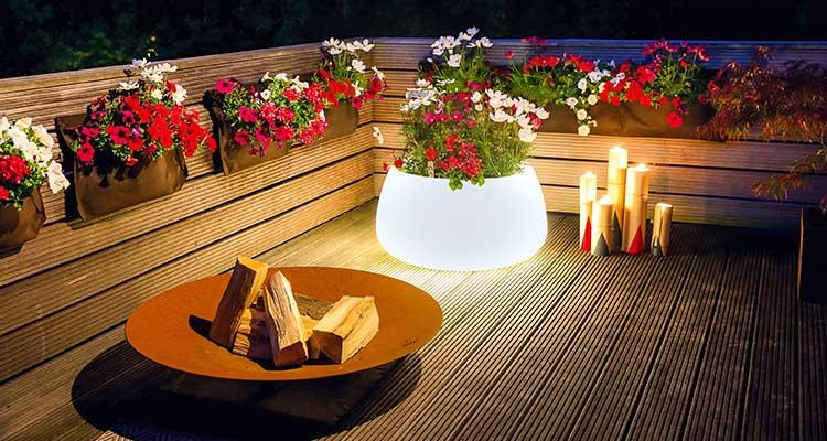 Beleuchteter Kübela auf Terrasse