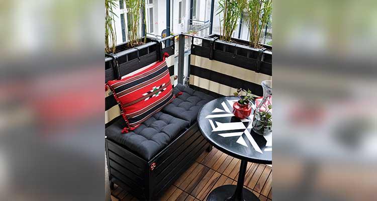 Kleiner Balkon mit schwarzer Holzbank